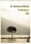 Der Gardasee im Norden - Familienplaner 2018 (Wandkalender 2018 DIN A2 hoch) Dieser erfolgreiche Kalender wurde dieses Jahr mit gleichen Bildern und aktualisiertem Kalendarium wiederveröffentlicht. - Sebastian Rost